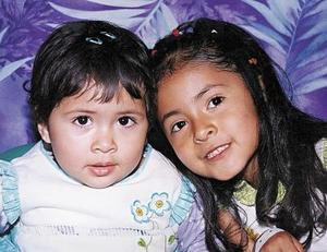 Carla Andrea y Loreana Alejandra  Mendoza Reyes, en una fotografía por el Día del Niño, son hijas de los señores Felipe Mendoza y Lorena Reyes.