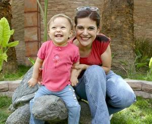 La pequeña Natalia Domínguez con su mamá, Ana Gutiérrez.