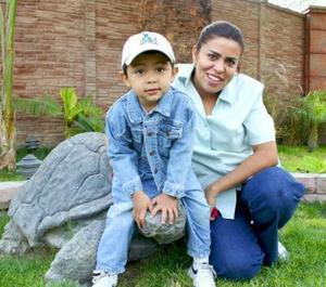 Sebastian Cisneros con su mamá, Alejandra de Cisneros.