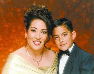 Señora Caty Fernández de Rubio acompañada de su hijo Bryan Rubio Fernández.