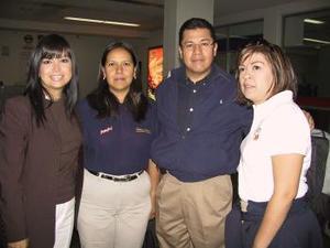 Ismael Romero, Gabriela Palacios y Yadira Flores llegaron del Distrito Federal y fueron recibidos por Magdalena Ramírez.