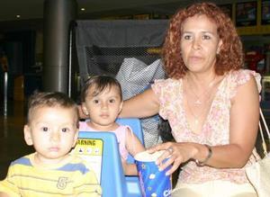 Miriam Casillas junto a sus sobrinos María Fernanda y Daniel Sánchez Sosa.