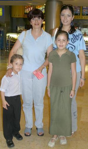 Socorro Valles de González, con su hija Cecilia González y sus sobrinos Diana y Luis.