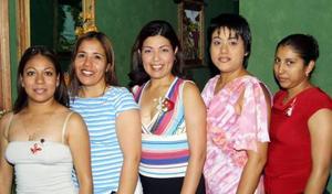 Alejandra Valdés García con un grupo de amigas, en el festejo pre nupcial que le ofrecieron por su cercano matrimonio con José antonio Martínez.