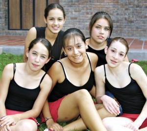 Priscila, Susy, Lidia, Ana y Tatys encuentran en la danza un espacio de esxpresión.