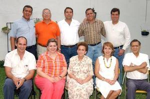 Sra. Josefina Martínez de Campa con sus hijos Alfredo, Francisco, Alfonso, Alberto, Enrique, Salvador, Fernando, Josefina y Susana, en la fiesta que le ofrecieron por su 80 aniversario.