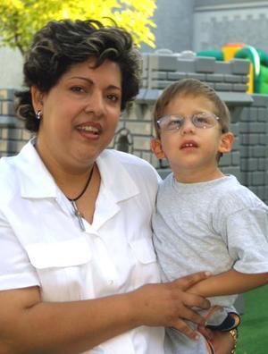 Cecilia Cardiel con su hijo José Manuel.