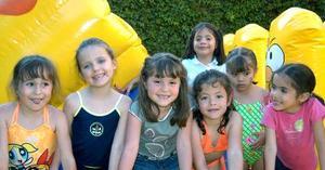 La pequeña Ana Sofía Viesca González en compañia de sus amiguitas, en la fiesta de cumpleaños que se le ofreció en días pasados.