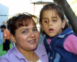 <u><b> 01 de mayo </u> </b><p> Nancy Herrera acompañada de su hija Karen Jasso.