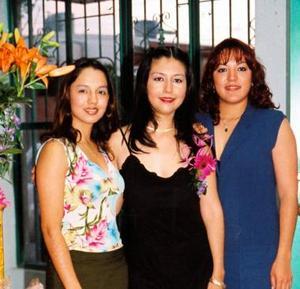 Martha Isabel Sánchez Salazar acompañada de Mercedes y gabriela fernández Marrujo, en su despedida de soltera.