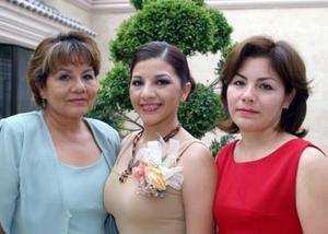 Melisa Alejandra Muñoz Hernández acompañado de las organizadoras de su despedida de soltera, Gabriela de Macías y Alejandra de Muñoz.