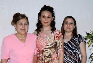<u><b> 01 de mayo </u> </b><p> Beatriz Mireles Pámanes, acompañada de las organizadoras de su despedida de soltera.