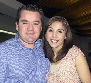 <u><b> 01 de mayo </u> </b><p> Omar Herrera fue despedido por Marisol Medina, antes de viajar a Los Ángeles, California.