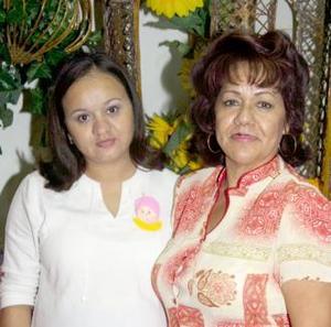 Sofía Sánchez Zubiría en compañia de la organizadora de su fiesta de regalos, Florina  Cruz de Ortega.