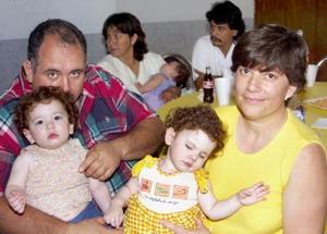 Antonio Gómez Ortega y Rocío de Gómez, con sus nenas Angélica y Paulina.