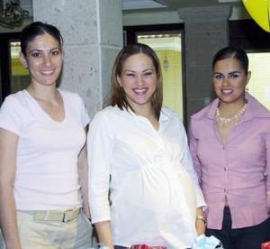 <u><b> 02 de mayo </u> </b><p> Maribel González de Segura con las anfitrionas de su fiesta de canastilla ofrecida en días pasados, Lenny Gibert de Colliere y Norma Duarte de Lavín.