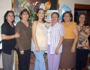 Lorena Alejandra Díaz de Ramírez, acompañada de algunas de las asistentes a su fiesta de regalos.