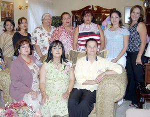 Patricia López de Gómez, rodeada de un grupo de amistades en la fiesta de regalos que le ofrecieron en honor del bebé que espera para próximas fechas.
