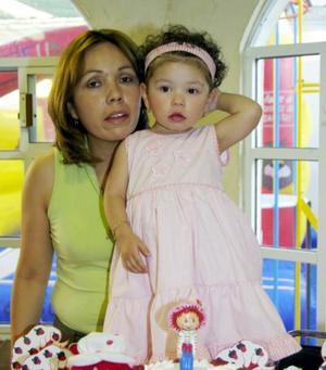 Fernanda Aránbula Escobedo acompañada por su mamá Mayra Escobedo de Arámbula, en la fiesta que le preparó por su segundo cumpleaños.