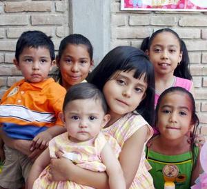 La pequeña María Alejandra Marroquín Cisneros acimpañada de sus amiguitos Sebastían, Mariana, Andrea, Karla y Vanessa, en el convivio que le prepararon por su cumpleaños.
