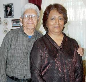 Dora Hernández  de Lozoya acompañada por su esposo José Gregorio Lozoya, en la fiesta que le ofrecieron sus familiares por su cumpleaños.