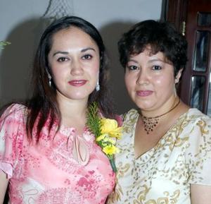 Lizeth Obregón Romero junto a su mamá Blanca Estela Romero de Obregón, en la despedida de soltera que le ofreció.