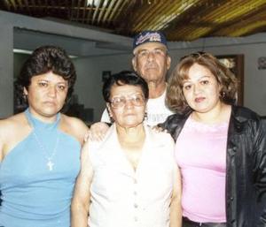 Esther Estrada viajó a Los Ángeles y fue despedida por Petra y Bernardo.