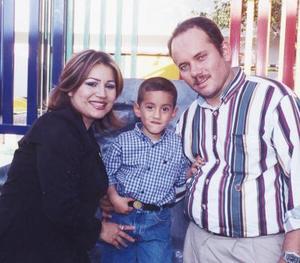 El pequeño Ricardo Rivera Flores con sus papás, Leticia de Rivera y Jesús Rivera Prince, en un festejo del día del Niño.