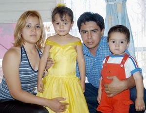 <u><b> 03 de mayo </u> </b><p> Vanesa Moreno Ojeda con sus papás, Pavel Moreno Jiménez e Idalia Ojeda de  Moreno y su hermanito, en la fiesta de su cuarto cumpleaños.