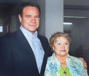 <u><b> 03 de mayo </u> </b><p> Juanita del Bosque llegó de Monterrey y fue recibida por Óscar Gutiérrez del Bosque.
