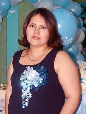 Brenda Ivonne Cortez de Camacho recibió sinceras felicitaciones en la fiesta de regalos que les ofrecieron.