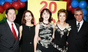 M José Luis Meza, Tatis de Meza, Rosario Fernández, Mussy de Urow y León Urow, en un festejo de aniversario.