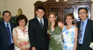 José Carlos Velasco Ciprés y Claudia Rodríguez Venegas acompañados de sus respectivos padres, en la cena que se ofreció con motivo de su compromiso matrimonial.