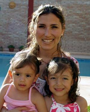<u><b> 05 de mayo </u> </b><p> Mónica de Pérez, con sus hijas Maryfer y Paulina.