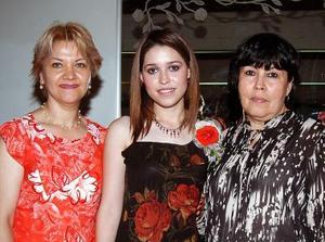 <u><b> 05 de mayo </u> </b><p> La festejada en compañia de María Lourdes Iturriaga de Robles y María Luisa Sifuentes de Caro, futura suegra y mamá, respectivamente.