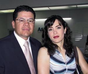 Héctor Francisco León, viajó con rumbo a la Ciudad de México, para atender asuntos de negocios, lo despidió Ivonne de León.