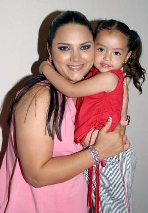 <u><b> 06 de mayo </u> </b><p> Mónica López de Borgetti capatada junto a su pequeña hija Axia, en la fiesta de canastilla que le ofrecieron en días pasados, en honor del bebé que espera.