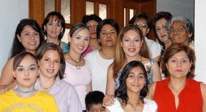 María de Jesús Zamora acompañada por familiares y amistades, en la despedida de soltera que le ofrecieron Mercedes Ugarte de Córdova, Maru C. de Farías y Coco C. de Anaya.