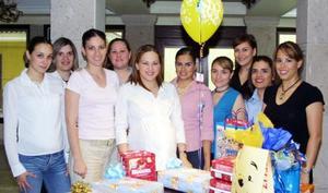 Maribel González de Segura recibió numerosos obsequios, en la fiesta de canastilla que se ofreció en honor al bebé que espera.