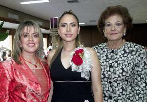Sambra acompañada de Marisa Rocha de Zavala y Dolores Rodríguez de Sandoval, anfitrionas de su despedida.
