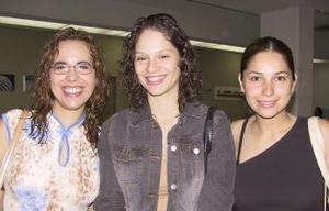 Hacia México viajó alejandra Orozco y fue despedida por Gloria Garza y Maribel Gutiérrez.