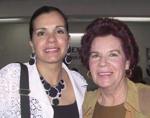 <u><b> 06 de mayo </u> </b><p>  María Guadalupe Ramírez fue despedida por Guadalupe Talamentes, antes de viajar a l DF.