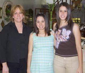 <u><b> 07 de mayo </u> </b><p> Alejandra Vidal de Valenzuela con las anfitrionas de la fiesta de regalos que ofrecieron el bebé que espera, Gilda Ramírez de Valenzuela y Gilda Valenzuela Ramírez.
