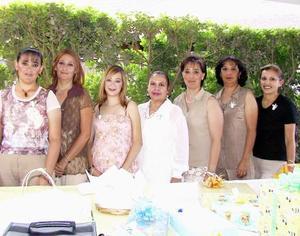 Brenda Scarlett Prone Ceniceros, acompañada de algunas asistentes a su fiesta de regalos.