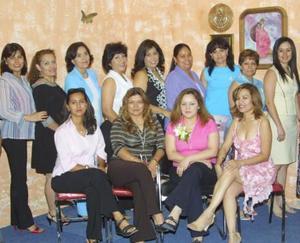 Nadia Berenice Gutiérrez Garay, acompañada de algunas invitadas a su despedida de soltera.