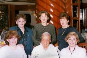 <u><b> 07 de mayo </u> </b><p> Sr. Jesús Porras, acompañado de sus hijas, en el festejo que le ofrecieron por su 90 aniversario.