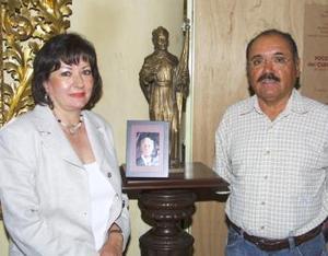 María Isabel Saldaña Villarreal y el historiador lagunero Roberto Martínez García.