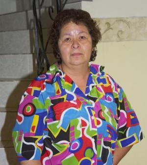 <u><b> 07 de mayo </u> </b><p> María Luisa Soto, captada en el convivio que le ofrecieron Lucy y Conchita Chávez, por sus 31 años de servicio.