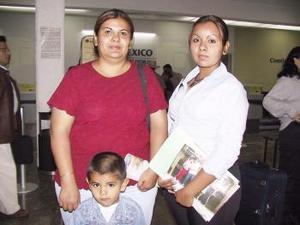 <u><b> 07 de mayo </u> </b><p>  Selene Hurtado viajó a Tijuana y fue despedida por Elena de Hurtado.