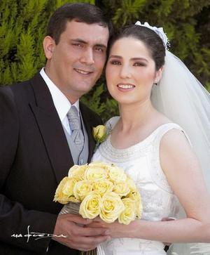 Ing. Saúl Gómez Cantú y C.P. Cristina Valencia Portal recibieron la bendición nupcial en la iglesia Sagrado Corazón de Jesús el sábado 27 de marzo de 2004..